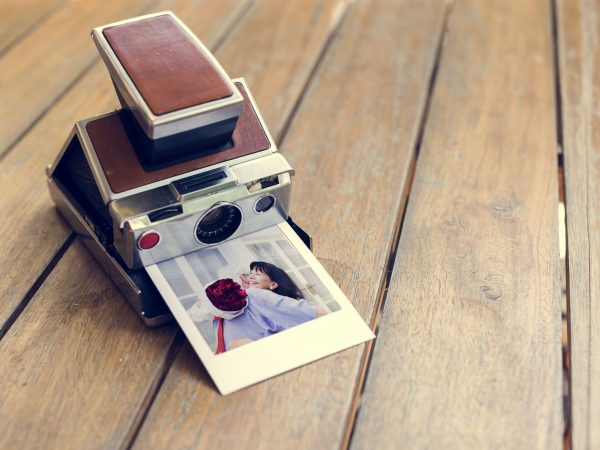 Una cámara instantánea revelando fotografía