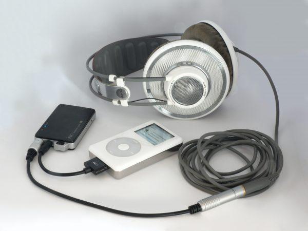 FiiO blanco con audífonos