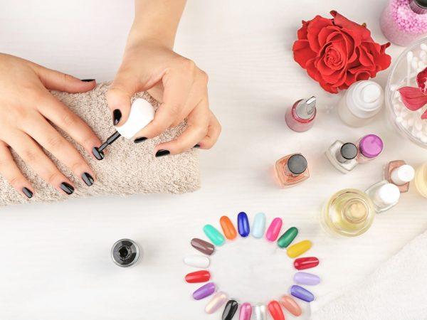 Persona pintándose las uñas