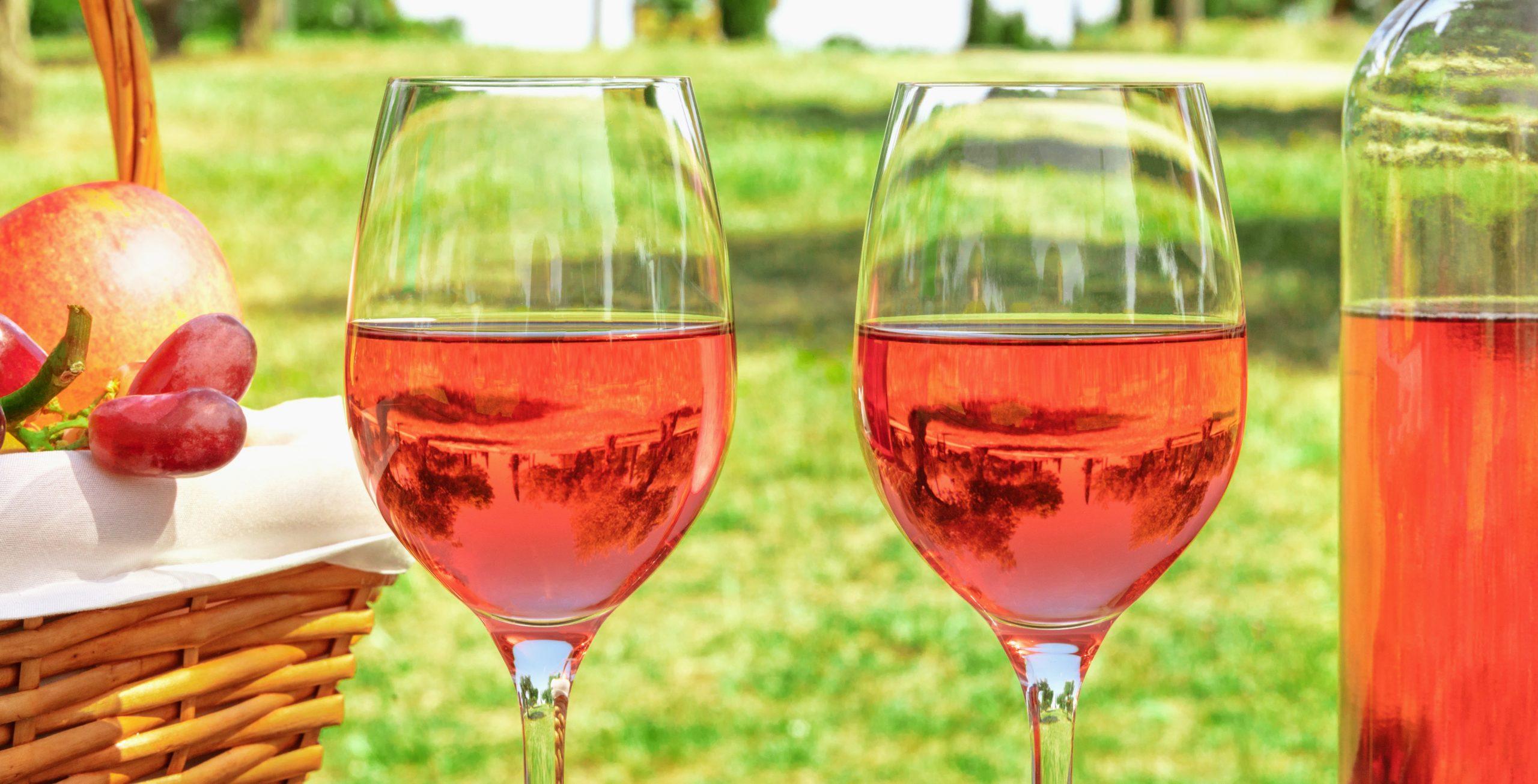 Copas de vino rosado al aire libre