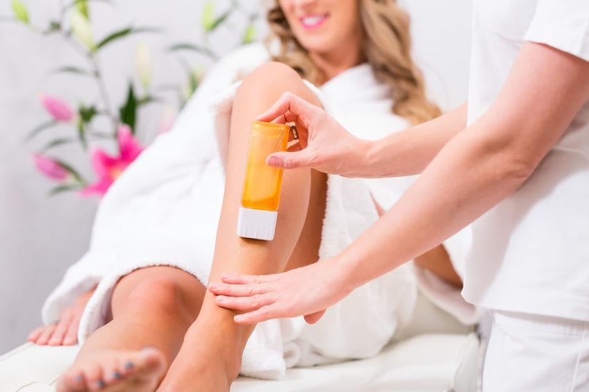 Imagen de una mujer afeitada en sus piernas con cera en roll-on