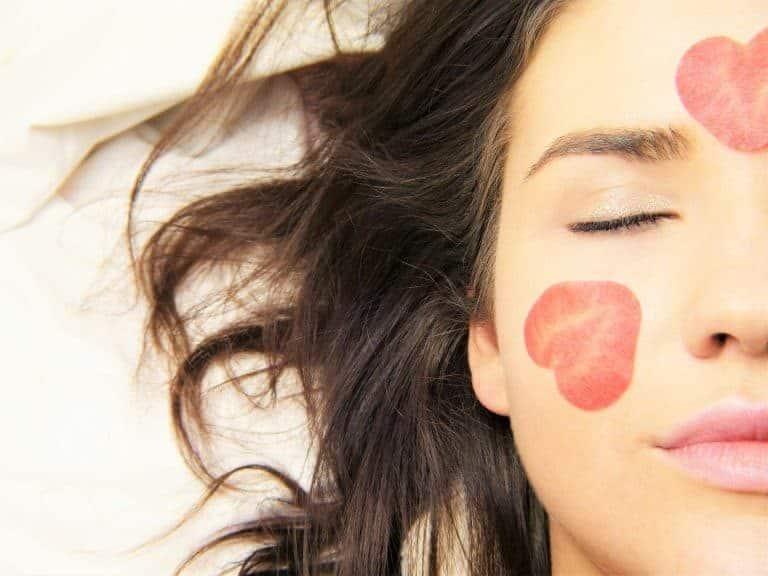 Una mujer maquillada con los ojos cerrados