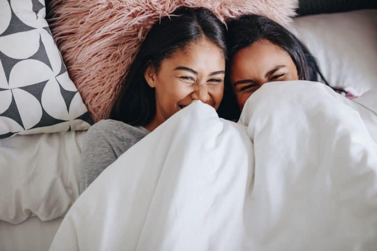 Dos niñas cubriéndose con sábana