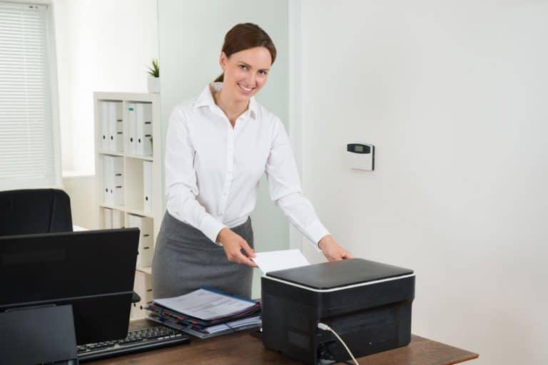 Secretaria imprimiendo