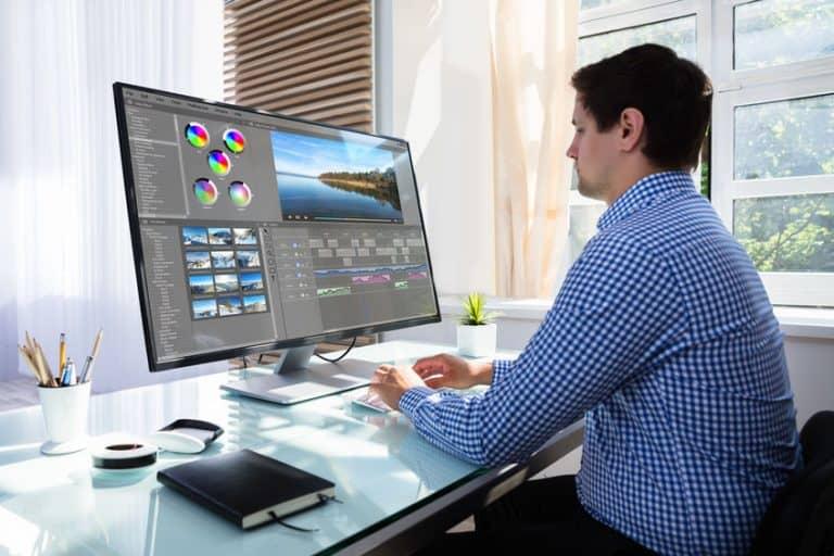 Diseñador Gráfico en monitor 4K