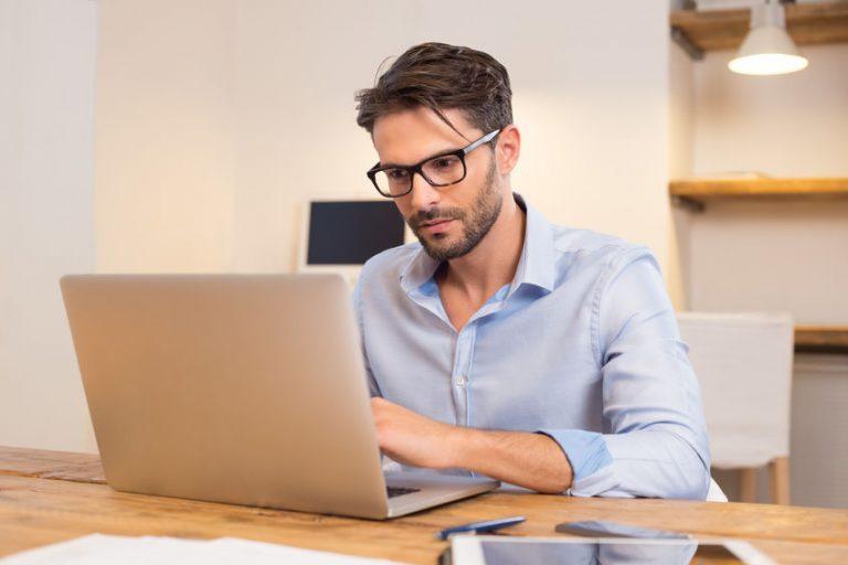 obre de negocios trabajando en laptop