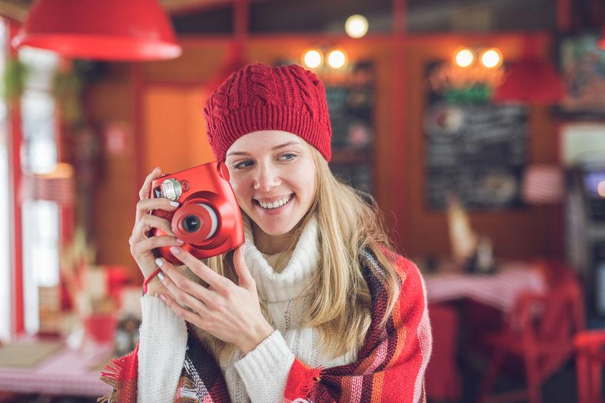 Mujer con su cámara roja