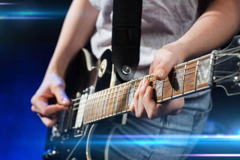 Músico con guitarra eléctrica