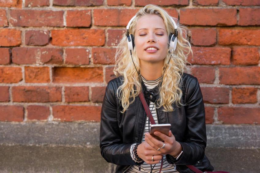 Mujer escuchando MP3