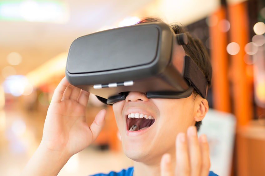 Niño con gafas de realidad virtual