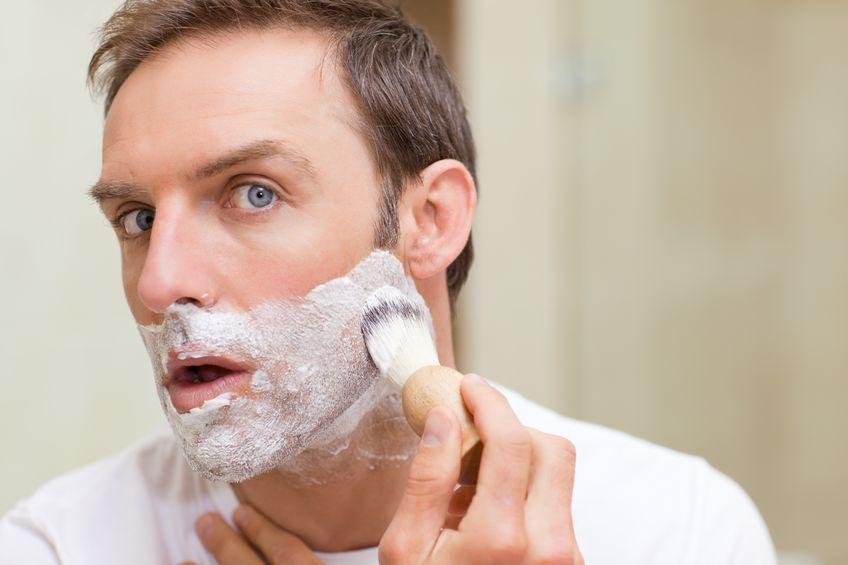 hombre con navaja de afeitar