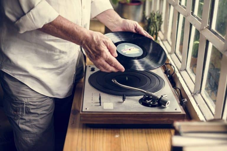 Persona mayor con tocadiscos