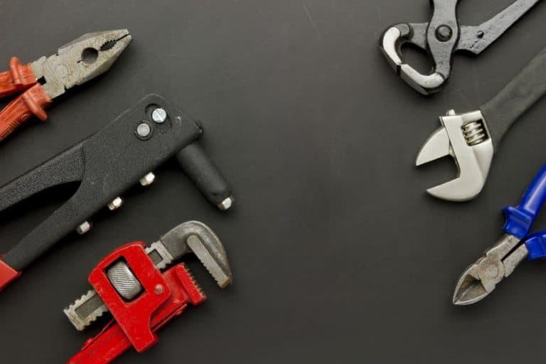 Varias herramientas en una mesa