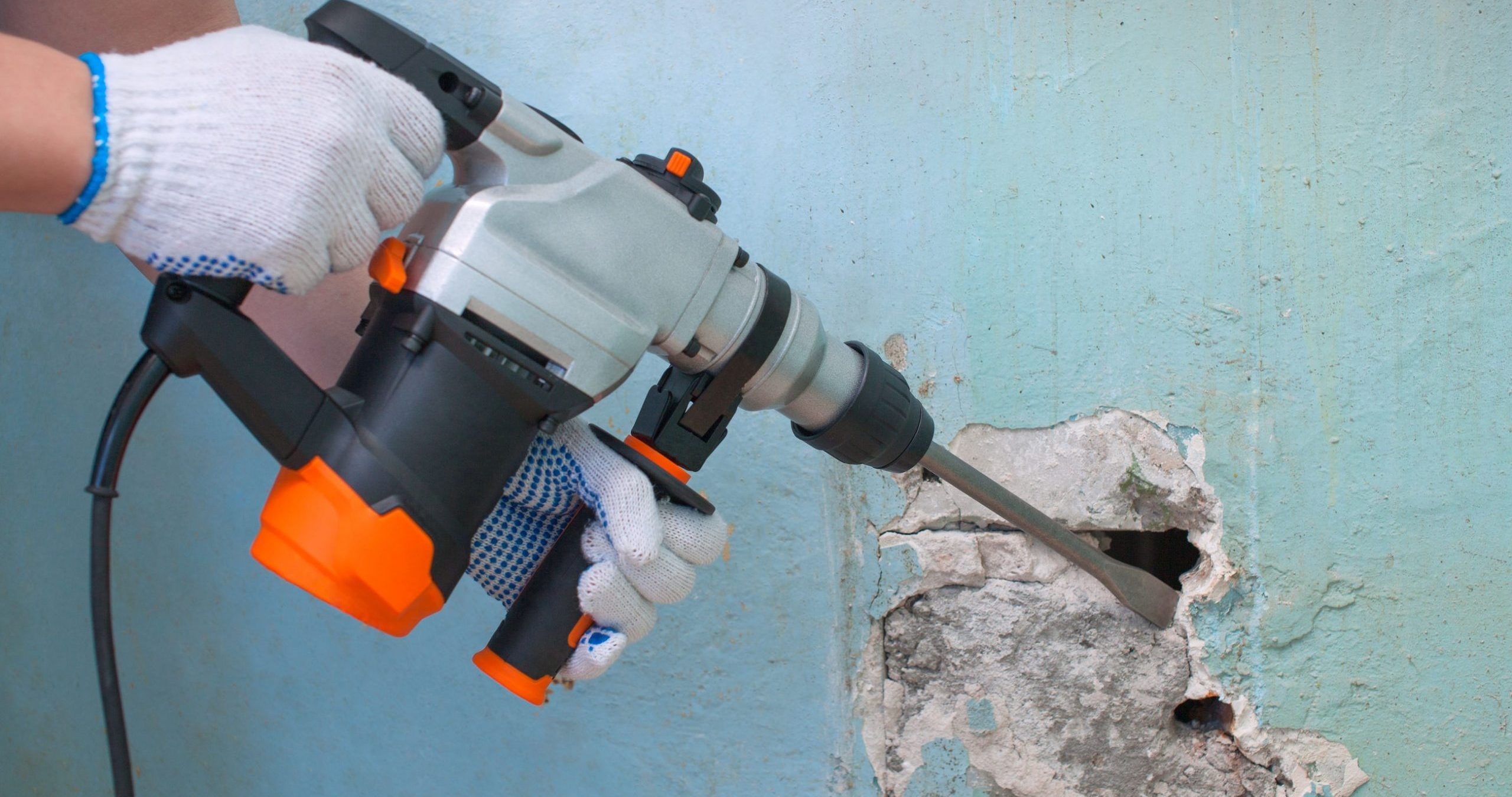 rompiendo pared con taladro percutor