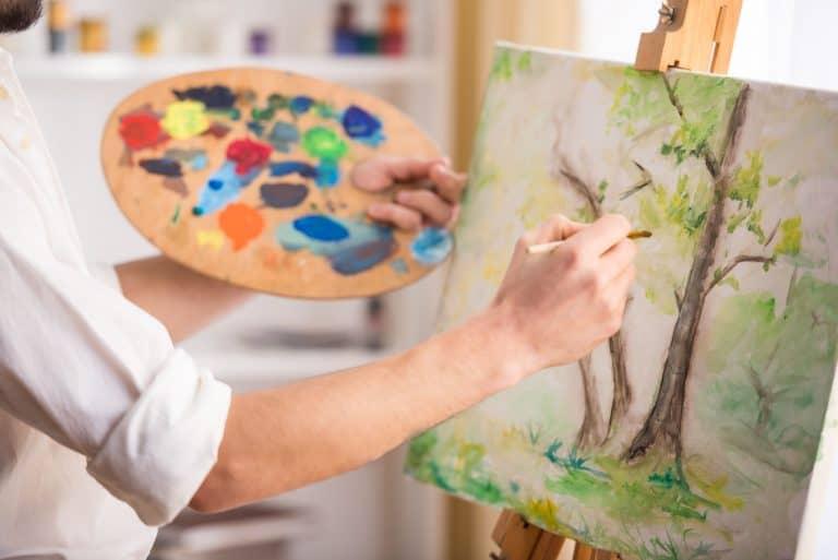 Hombre pintando cuadro