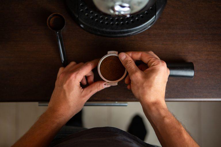 Un chico usando una cafetera multifunción