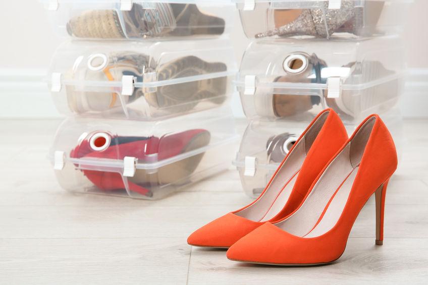 zaparteras llenas de zapatos