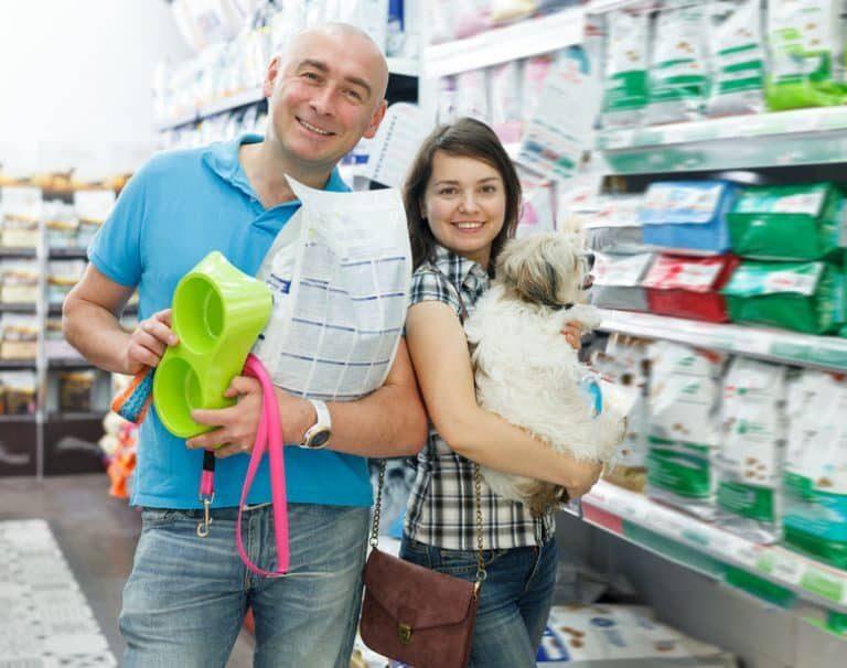 Familia comprando comederos de perro