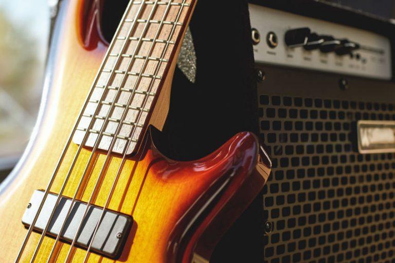 Guitarra con amplificador de fondo