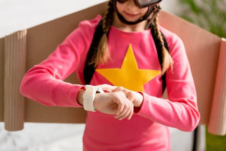 Una niña usando su reloj digital