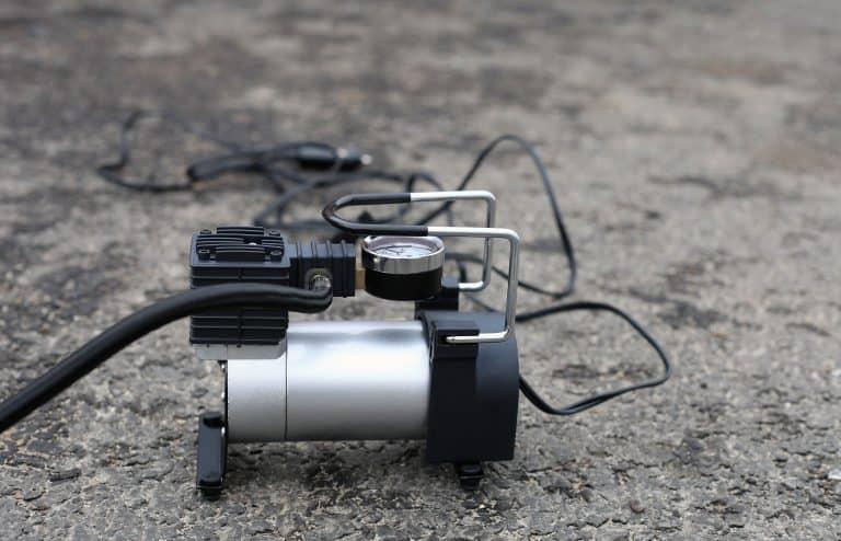 Compresor de aire portátil sobre fondo gris
