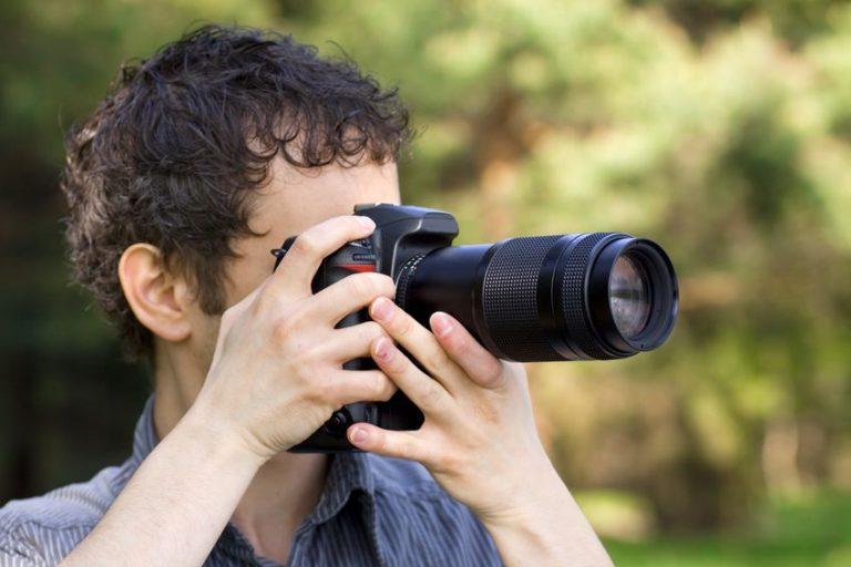 Fotografo con cámara profesional