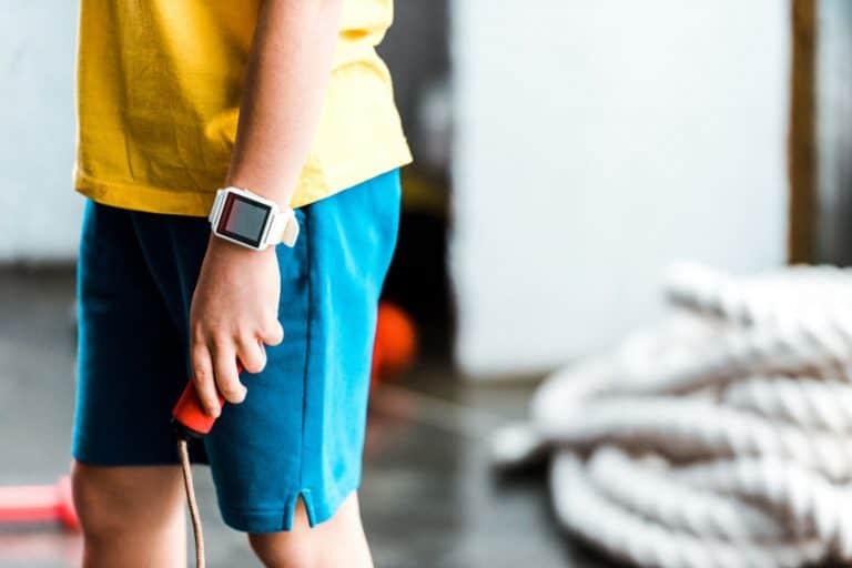 Un niño con un reloj digital