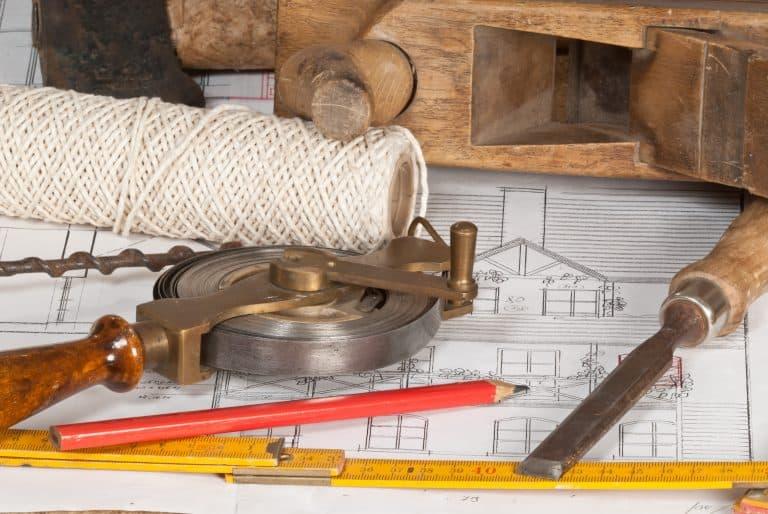 Varias herramientas antiguas