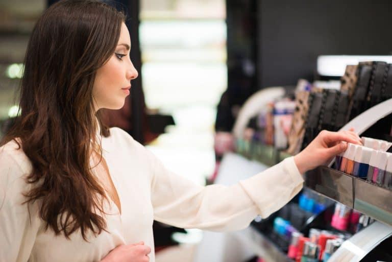 Mujer comprando maquillaje en tienda