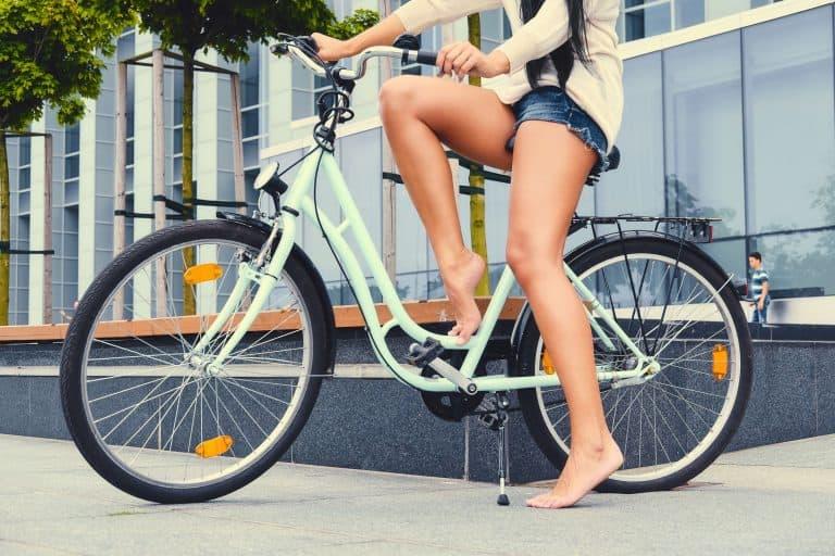 Una chica en pantalón corto en bicicleta