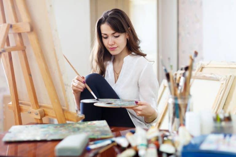 Una chica pintando