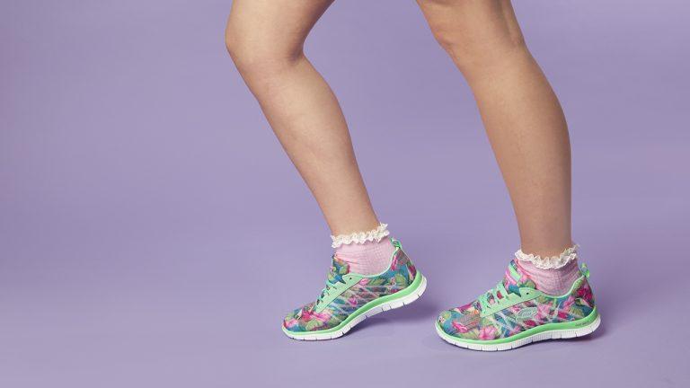 Mujer con zapatillas deportivas