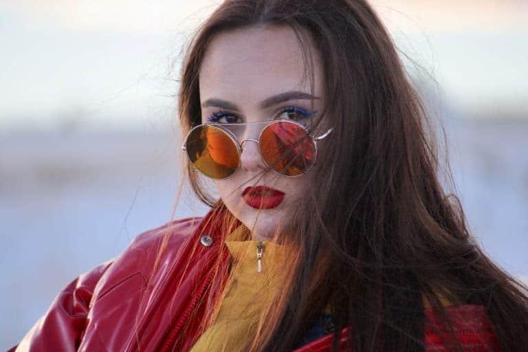Chica con gafas rojizas