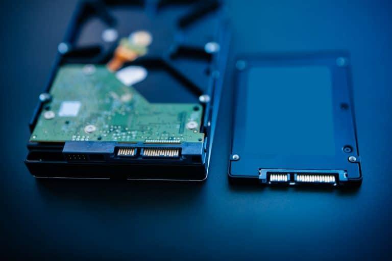 Disco duro interno junto a disco SSD