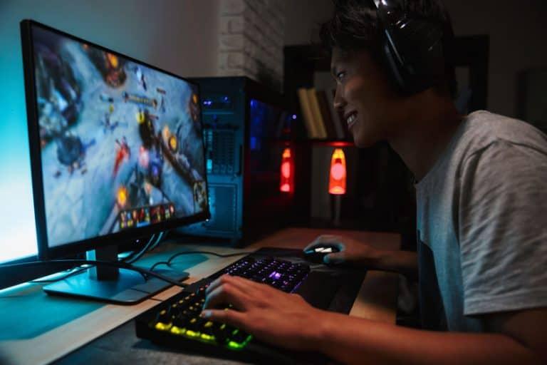 Gamer jugando en monitor 4K