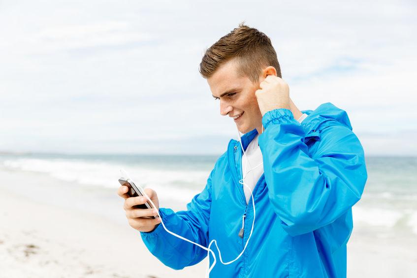 Joven escuchando música en reproductor MP3