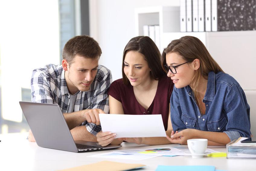 Un grupo de estudiantes trabajando