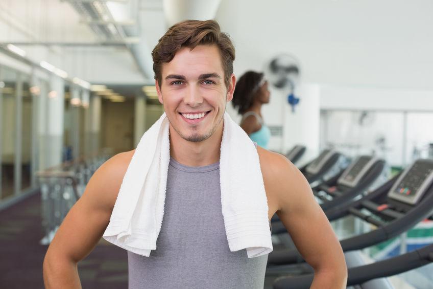 Un hombre en gimnasio