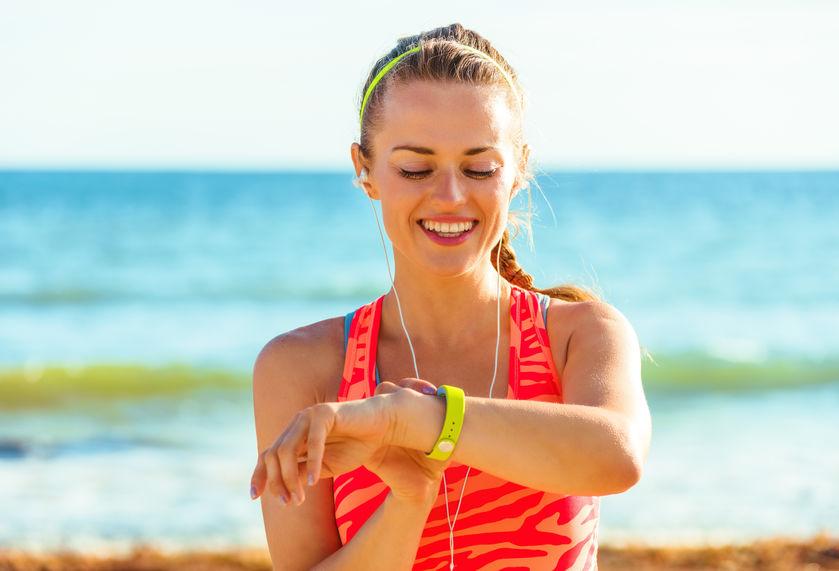 Mujer con smartband en la playa