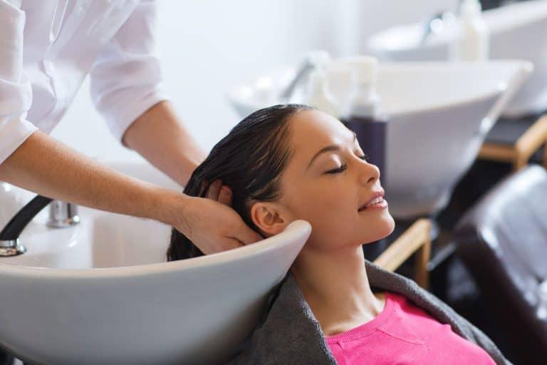 Mujer lavándose el cabello