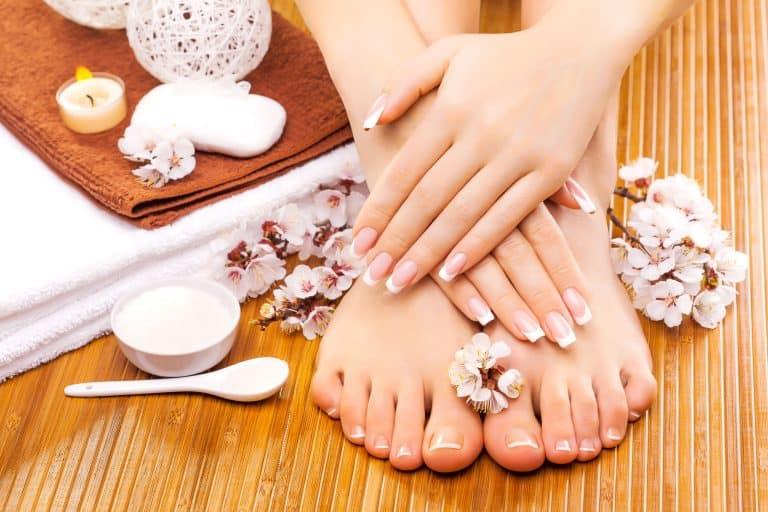 Mujer con sus uñas pintadas