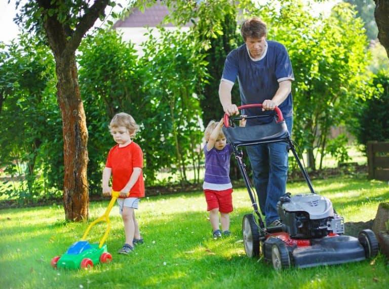 Familia trabajando el jardín