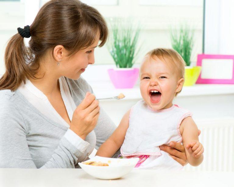 Mamá con su hija comiendo