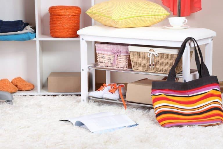 Libro abierto y bolso sobre armario