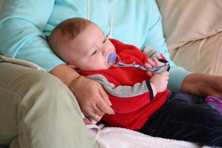 Bebé con suéter rojo