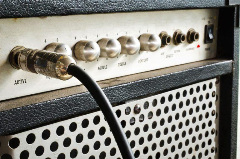 Amplificador de guitarra con cable jack