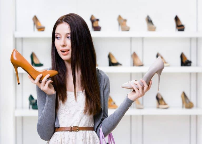 Mujer indecisa al escoger calzado