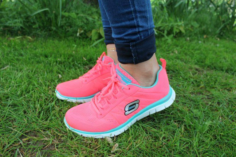 Mujer con zapatillas rosadas