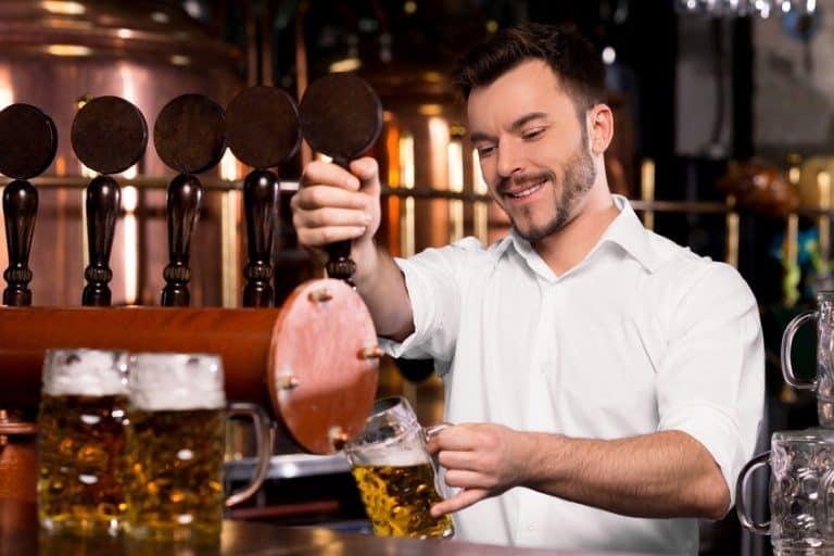 Hombre con dispensador de cerveza