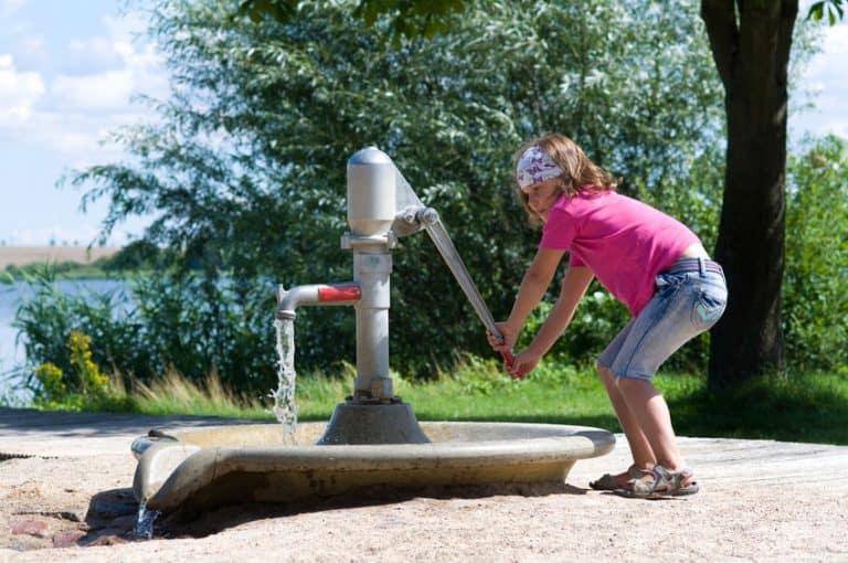 Bomba de agua con niña halando